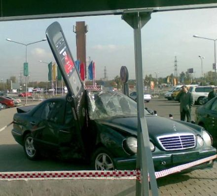 Motorola RAZR 2 kills Mercedes pic 3