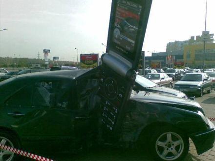 Motorola RAZR 2 kills Mercedes pic 2