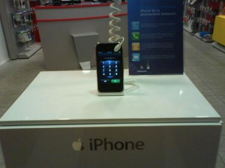 apple iphone 3g seen on display in store pic 1