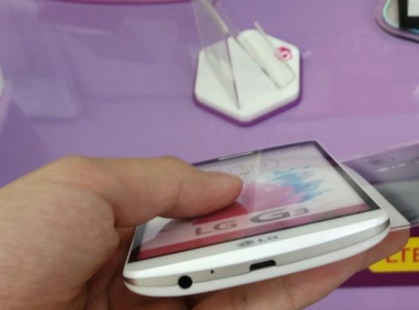 LG G3 dummy model and wireless charger emerge