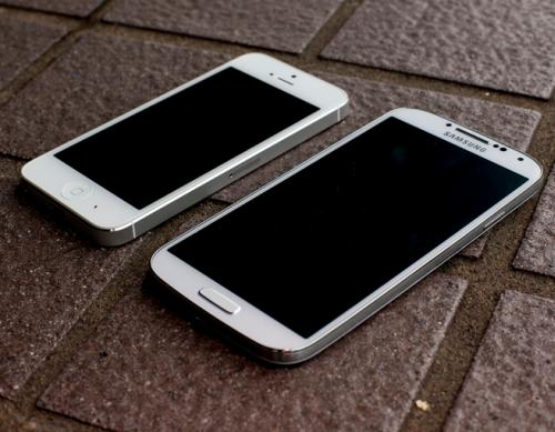 iPhone 5 vs Galaxy S4 in drop test video, ouch